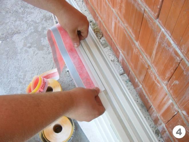 Наклеивание внутренней паронепроницаемой ленты к раме Тёплый монтаж