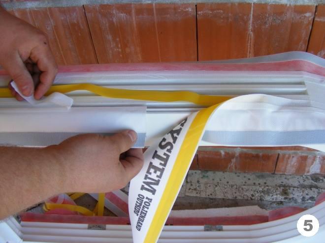 Наклеивание внешней паропроницаемой ленты к раме Тёплый монтаж